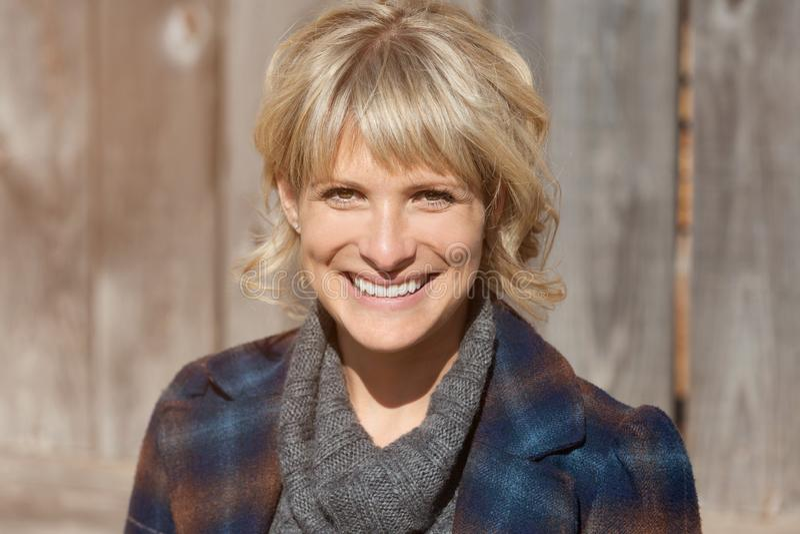 Πορτρέτο μιας ώριμης γυναίκας που χαμογελά στη κάμερα έξω στοκ εικόνες με δικαίωμα ελεύθερης χρήσης