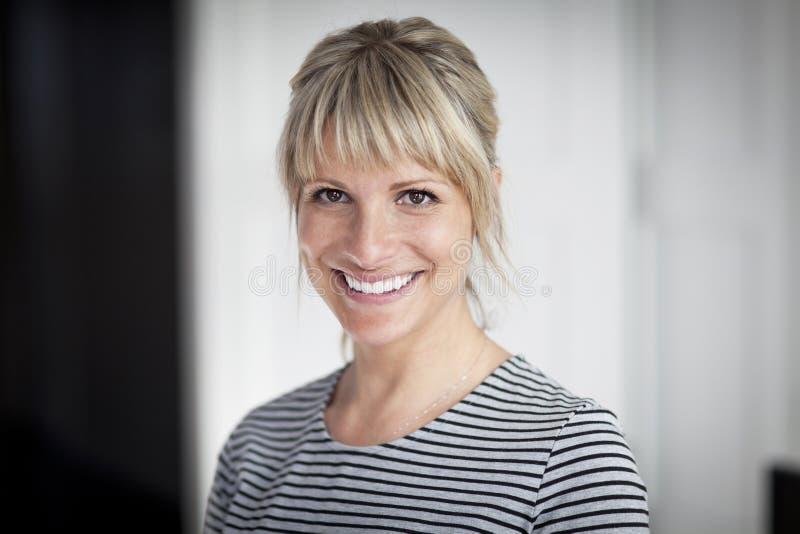 Πορτρέτο μιας ώριμης γυναίκας που χαμογελά στη κάμερα στοκ φωτογραφία
