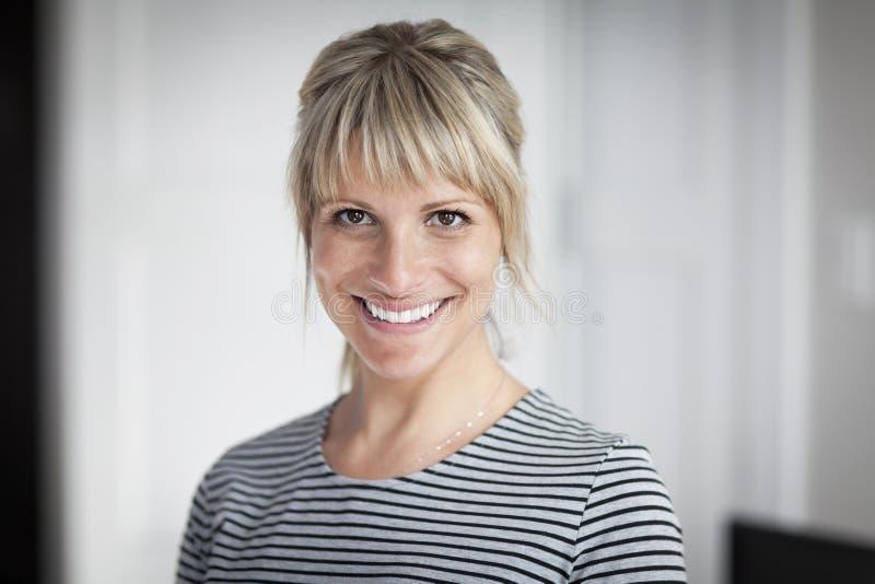 Πορτρέτο μιας ώριμης γυναίκας που χαμογελά στη κάμερα στοκ εικόνες με δικαίωμα ελεύθερης χρήσης