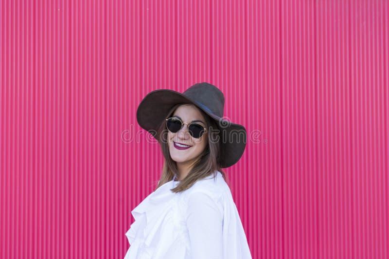 Πορτρέτο μια νέα όμορφη γυναίκα με το καπέλο και γυαλιά ηλίου άνω του Πε στοκ φωτογραφία με δικαίωμα ελεύθερης χρήσης
