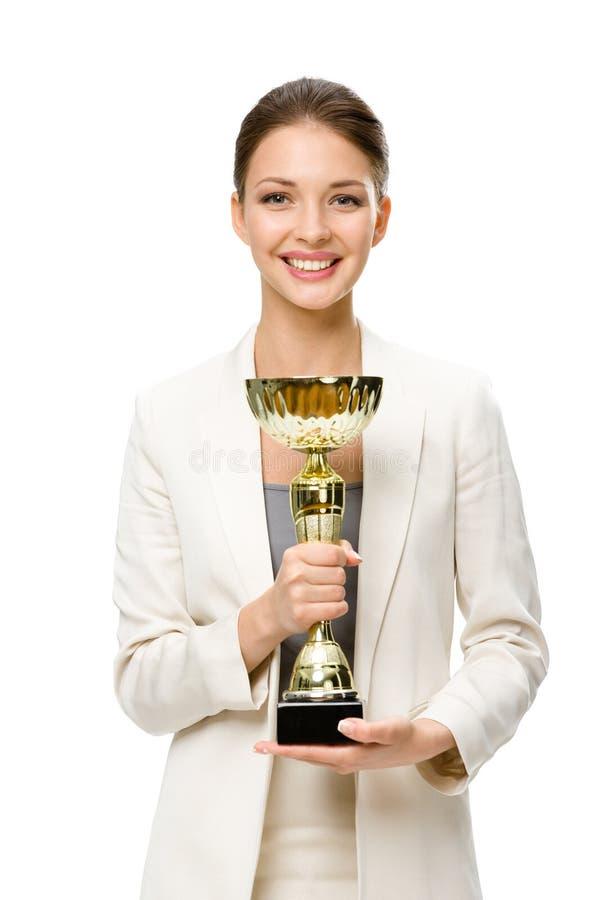 Πορτρέτο μισό-μήκους της επιχειρησιακής γυναίκας με το χρυσό φλυτζάνι στοκ φωτογραφία με δικαίωμα ελεύθερης χρήσης