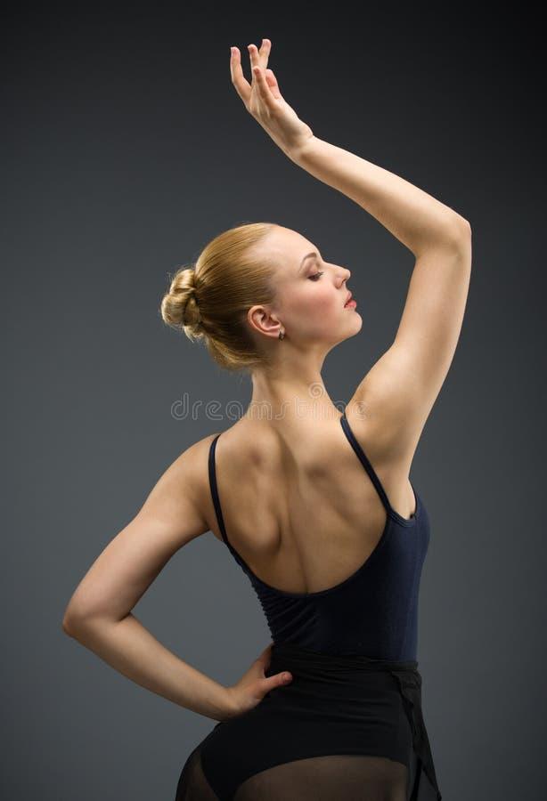 Πορτρέτο μισό-μήκους του ballerina χορού με το χέρι επάνω στοκ εικόνες με δικαίωμα ελεύθερης χρήσης