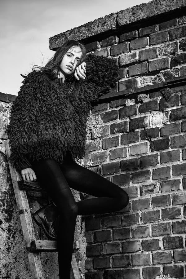 Πορτρέτο μόδας μιας γυναίκας Όμορφο κορίτσι στην ξύλινη σκάλα στοκ εικόνες με δικαίωμα ελεύθερης χρήσης
