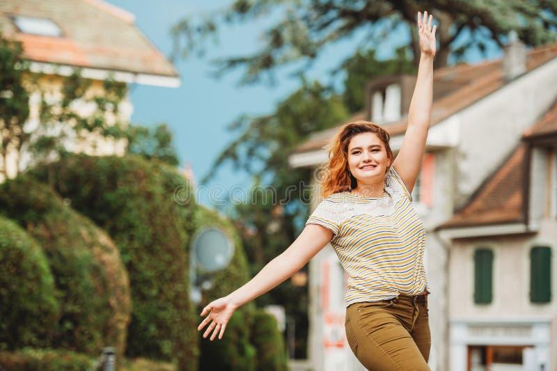 Πορτρέτο μόδας της αρκετά νέας γυναίκας στοκ φωτογραφίες