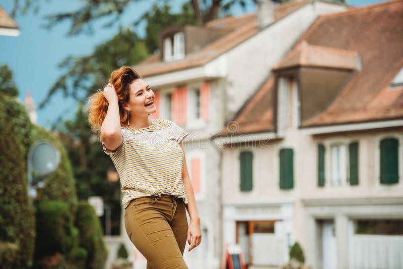 Πορτρέτο μόδας της αρκετά νέας γυναίκας στοκ εικόνα με δικαίωμα ελεύθερης χρήσης