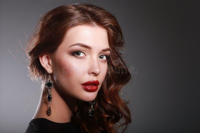 Πορτρέτο μόδας της γυναίκας πολυτέλειας με το κόσμημα στοκ εικόνες