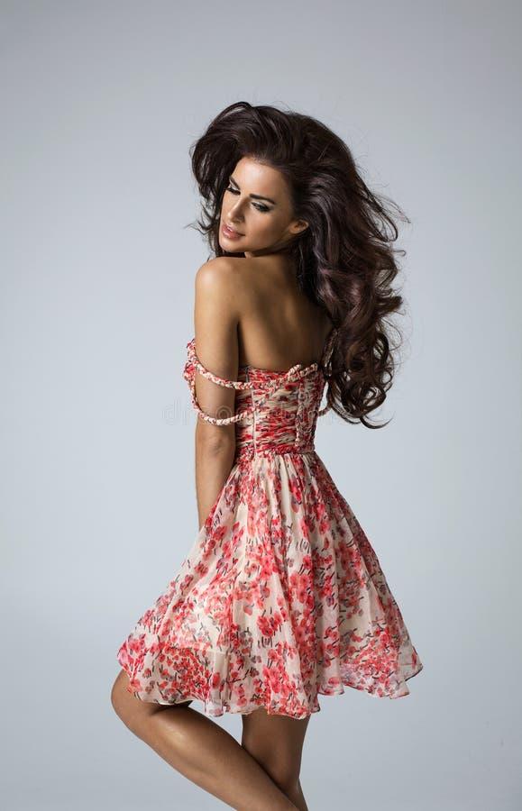 Πορτρέτο μόδας της κυρίας στο κόκκινο φόρεμα στοκ φωτογραφίες
