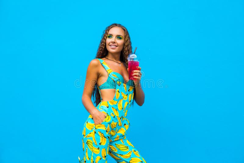 Πορτρέτο μόδας της νέας μοντέρνης γυναίκας στη θερινή εξάρτηση Οδός του Μαϊάμι κατά τη διάρκεια των καλοκαιρινών διακοπών, ελκυστ στοκ φωτογραφία με δικαίωμα ελεύθερης χρήσης