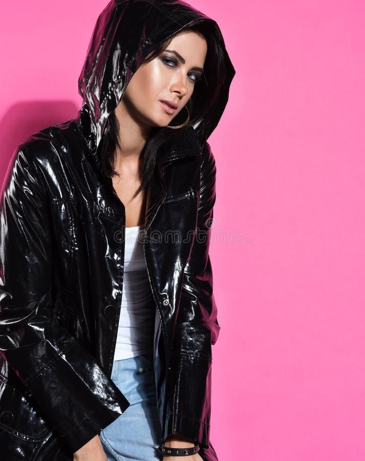 Πορτρέτο μόδας της νέας όμορφης γυναίκας με τα εκφραστικά μάτια στοκ εικόνα με δικαίωμα ελεύθερης χρήσης