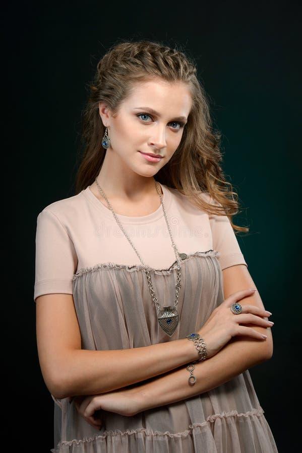 Πορτρέτο μόδας της νέας όμορφης γυναίκας με το κόσμημα και το elega στοκ εικόνα