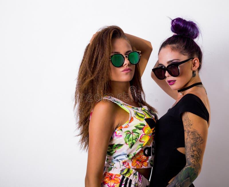 Πορτρέτο μόδας της τοποθέτησης δύο φίλων στοκ εικόνες