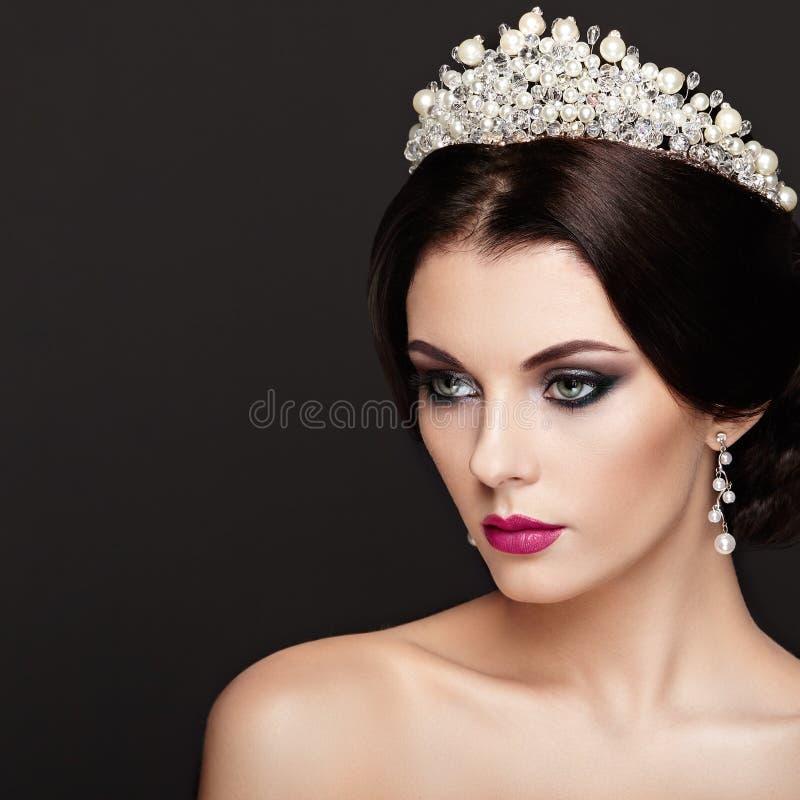 Πορτρέτο μόδας της όμορφης γυναίκας με την τιάρα στο κεφάλι στοκ εικόνα με δικαίωμα ελεύθερης χρήσης
