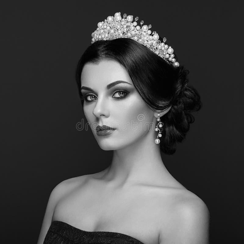 Πορτρέτο μόδας της όμορφης γυναίκας με την τιάρα στο κεφάλι στοκ εικόνες με δικαίωμα ελεύθερης χρήσης