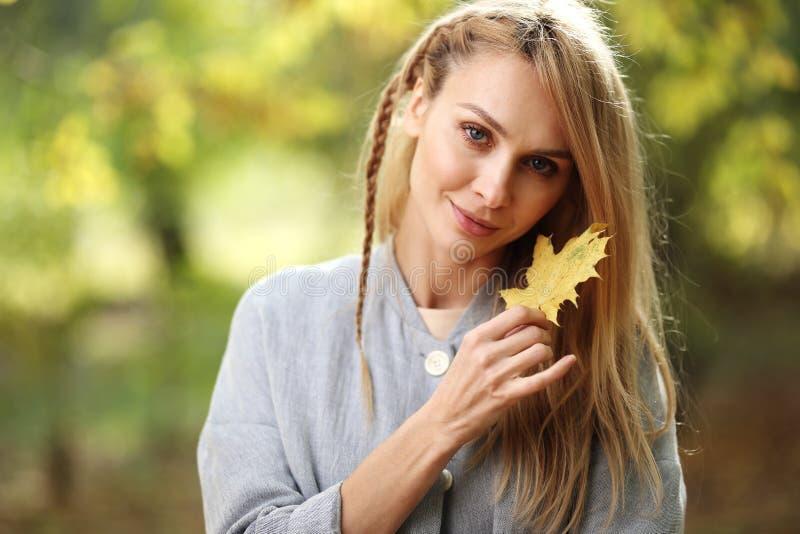 Πορτρέτο μόδας της όμορφης ξανθής γυναίκας στα μοντέρνα ενδύματα υπαίθρια το φθινόπωρο στοκ εικόνες