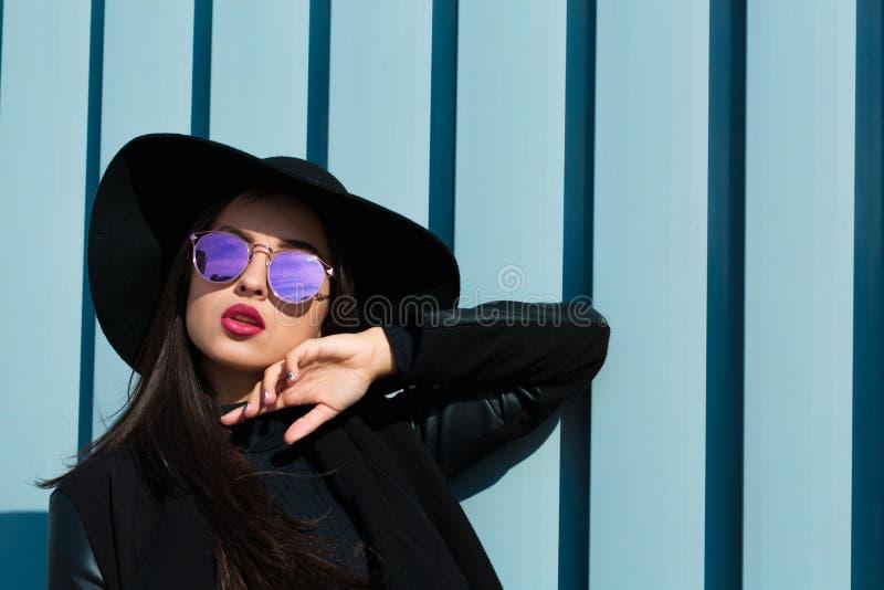 Πορτρέτο μόδας του νέου όμορφου προτύπου στο μοντέρνο wea γυαλιών στοκ εικόνες