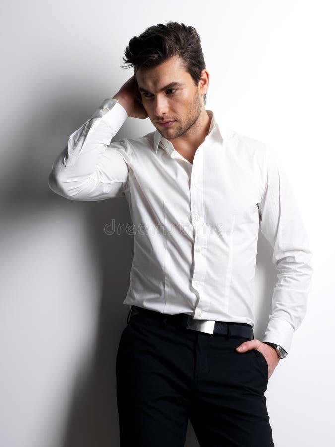 Πορτρέτο μόδας του νεαρού άνδρα στο άσπρο πουκάμισο στοκ εικόνα