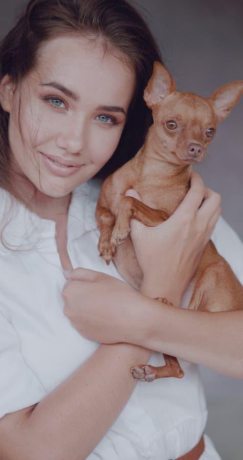 Πορτρέτο μόδας του όμορφου κοριτσιού με το σκυλί στοκ εικόνες