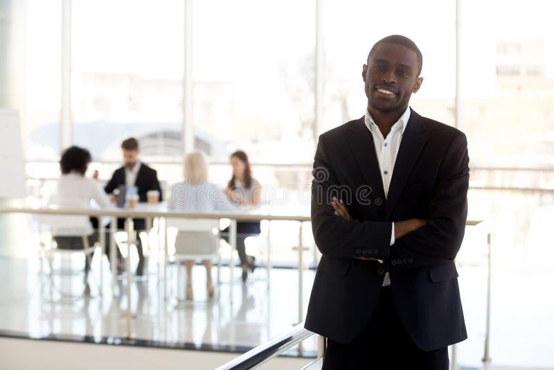 Πορτρέτο μόνιμης τοποθέτησης επιχειρηματιών χαμόγελου της μαύρης στην αρχή στοκ φωτογραφία με δικαίωμα ελεύθερης χρήσης