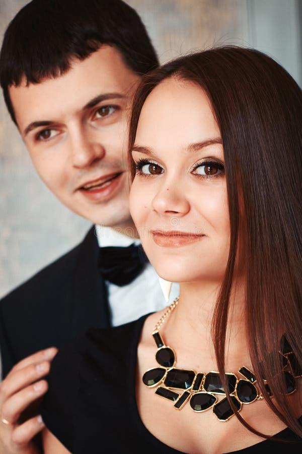Πορτρέτο μόδας ενός νέου όμορφου ζεύγους στοκ φωτογραφίες με δικαίωμα ελεύθερης χρήσης