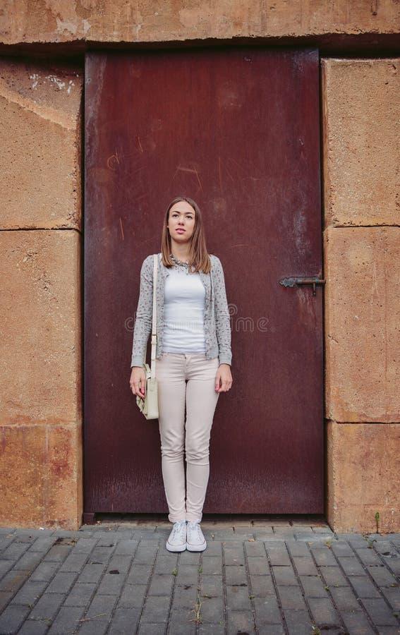 Πορτρέτο μόδας της νέας καθιερώνουσας τη μόδα γυναίκας υπαίθρια στοκ φωτογραφία με δικαίωμα ελεύθερης χρήσης