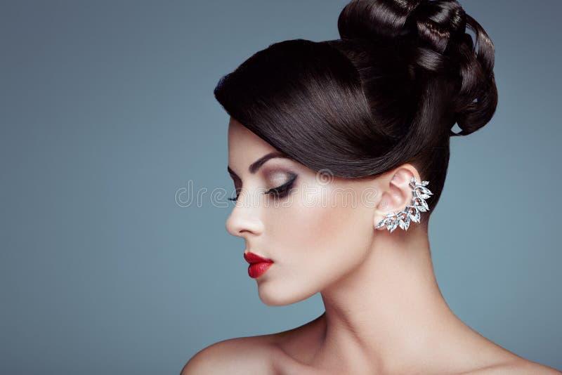 Πορτρέτο μόδας της νέας όμορφης γυναίκας με το κομψό hairstyle στοκ εικόνα