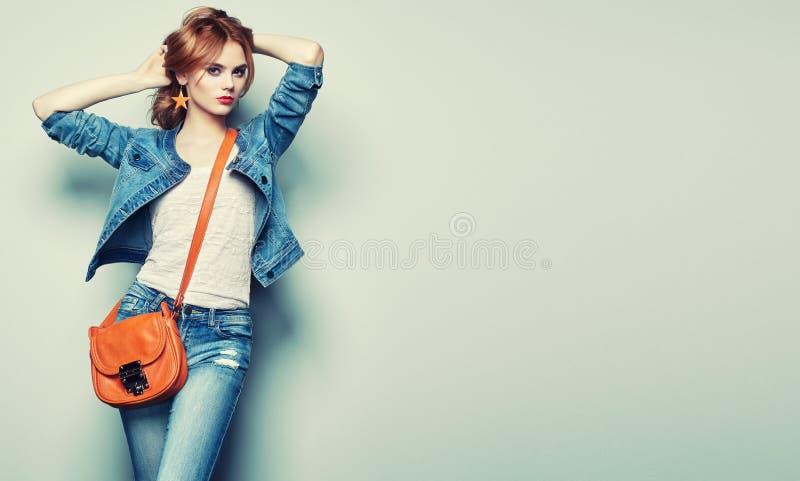 Πορτρέτο μόδας της όμορφης νέας γυναίκας με την τσάντα στοκ φωτογραφίες με δικαίωμα ελεύθερης χρήσης