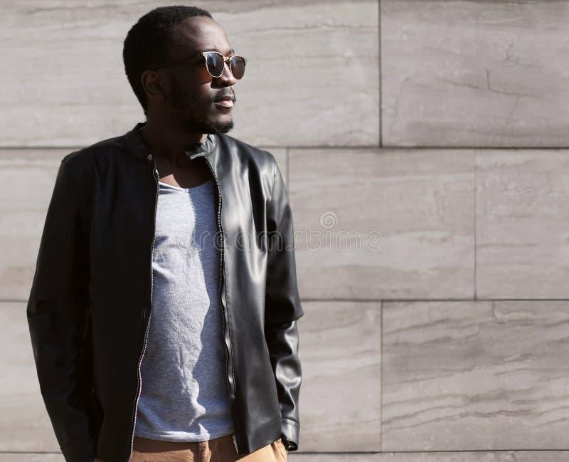 Πορτρέτο μόδας του μοντέρνου νέου αφρικανικού ατόμου στοκ φωτογραφίες