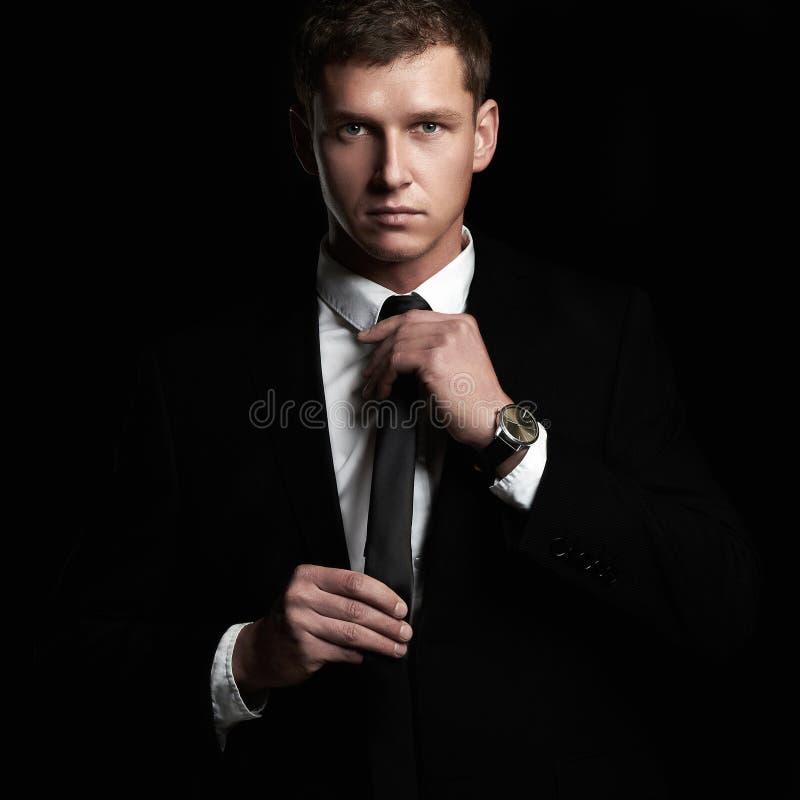 Πορτρέτο μόδας του νέου επιχειρηματία Όμορφο άτομο στο κοστούμι και το δεσμό στοκ εικόνα