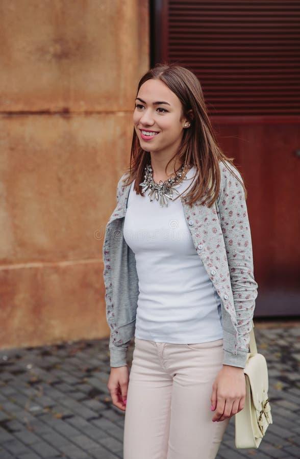 Πορτρέτο μόδας του νέου καθιερώνοντος τη μόδα περπατήματος γυναικών στοκ φωτογραφίες