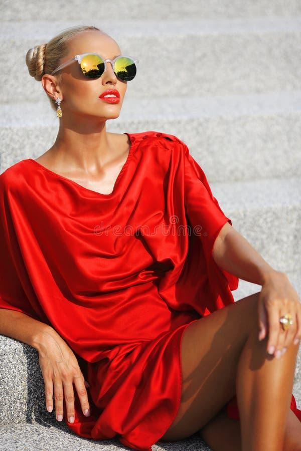 Πορτρέτο μόδας του ξανθού κοριτσιού που φορά τα γυαλιά ηλίου κοντά επάνω στοκ φωτογραφίες