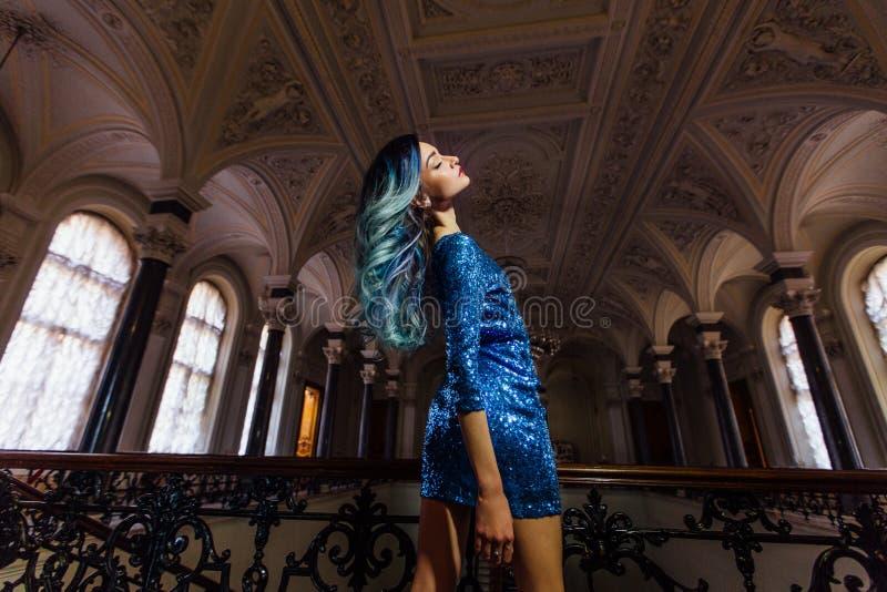 Πορτρέτο μόδας του πανέμορφου κοριτσιού με την μπλε βαμμένη τρίχα μακριά Το όμορφο φόρεμα κοκτέιλ βραδιού στοκ εικόνες