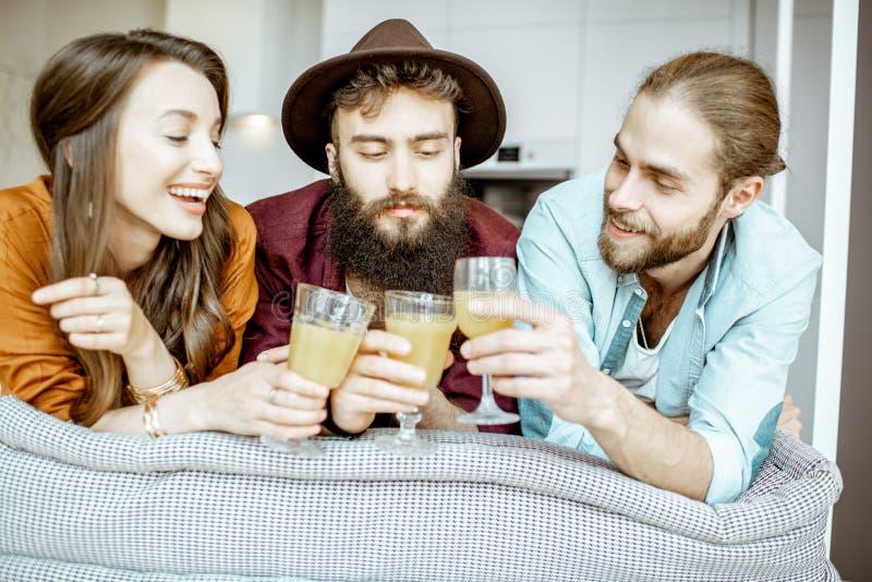 Πορτρέτο νέοι φίλοι στο εσωτερικό στοκ εικόνες με δικαίωμα ελεύθερης χρήσης
