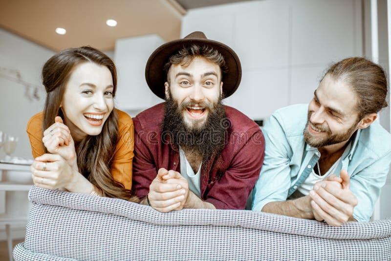 Πορτρέτο νέοι φίλοι στο εσωτερικό στοκ εικόνες