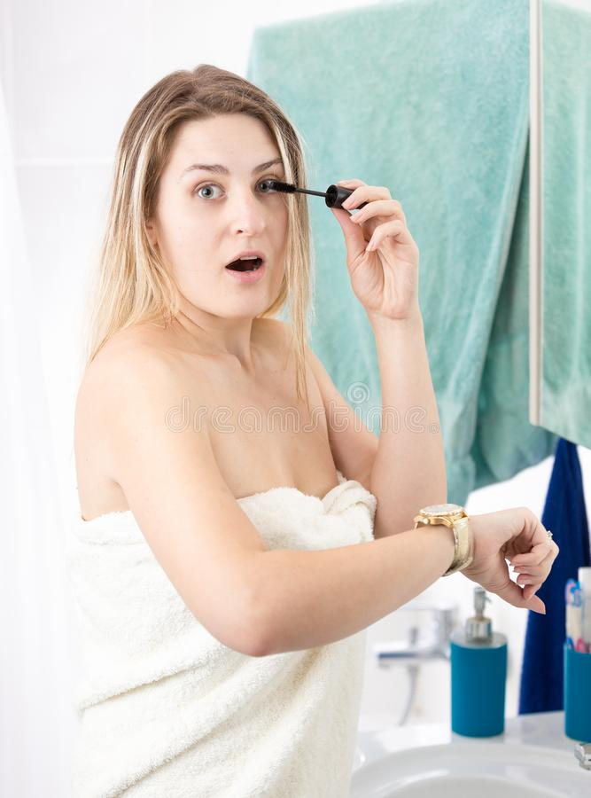 Πορτρέτο νέο να κάνει γυναικών makeup στο πρωί που είναι αργά για την εργασία στοκ εικόνα με δικαίωμα ελεύθερης χρήσης