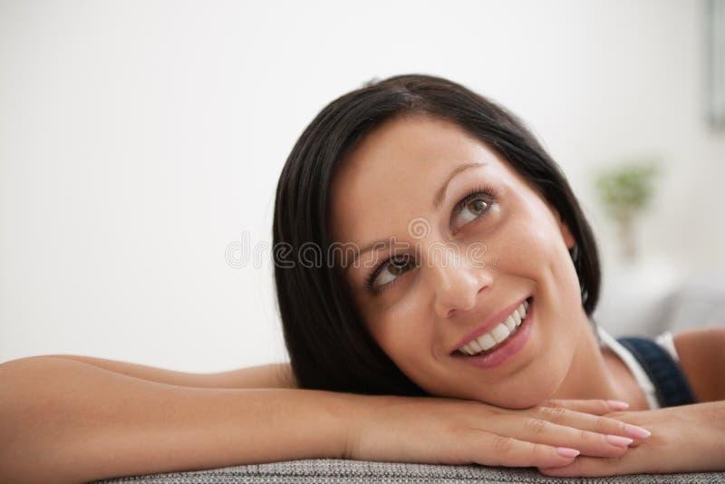 Πορτρέτο να ονειρευτεί την τοποθέτηση κοριτσιών στο ντιβάνι στοκ φωτογραφία
