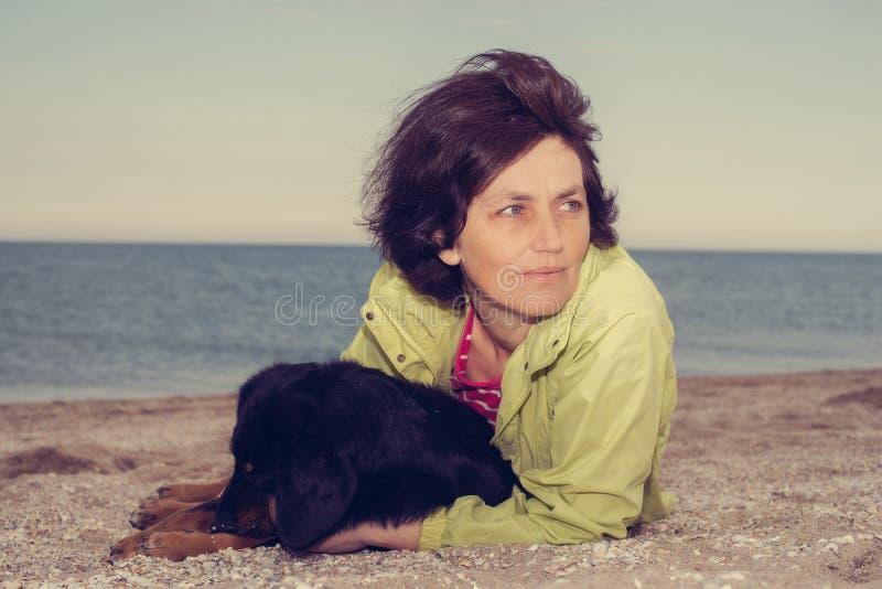 Πορτρέτο να ονειρευτεί τη γυναίκα με το σκυλί στοκ φωτογραφίες με δικαίωμα ελεύθερης χρήσης