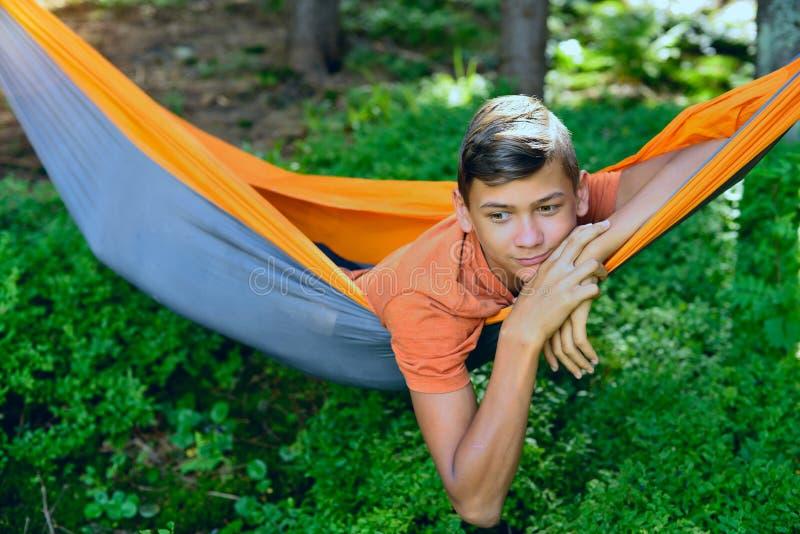 Πορτρέτο να ονειρευτεί το αγόρι στην αιώρα στοκ εικόνες με δικαίωμα ελεύθερης χρήσης