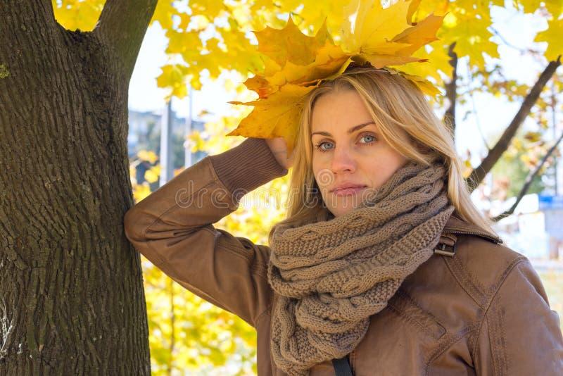 Πορτρέτο να ονειρευτεί το ξανθό κορίτσι στο πάρκο στοκ φωτογραφίες με δικαίωμα ελεύθερης χρήσης