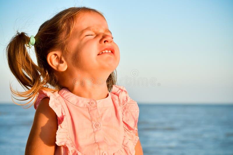 Πορτρέτο να φωνάξει λίγο χαριτωμένο κορίτσι στοκ εικόνες