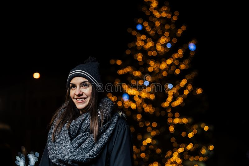Πορτρέτο νύχτας μιας όμορφης γυναίκας brunette που χαμογελά απολαμβάνοντας το χειμώνα στο πάρκο Χειμερινή χαρά οι διακοπές αγοριώ στοκ φωτογραφία με δικαίωμα ελεύθερης χρήσης