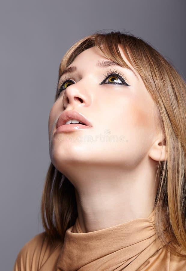 Πορτρέτο ξανθό νέο να ανατρέξει γυναικών Θηλυκό με το πράσινο μάτι στοκ εικόνες με δικαίωμα ελεύθερης χρήσης