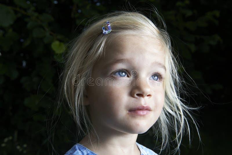 Πορτρέτο ξανθό να ανατρέξει κοριτσιών παιδιών στοκ φωτογραφία