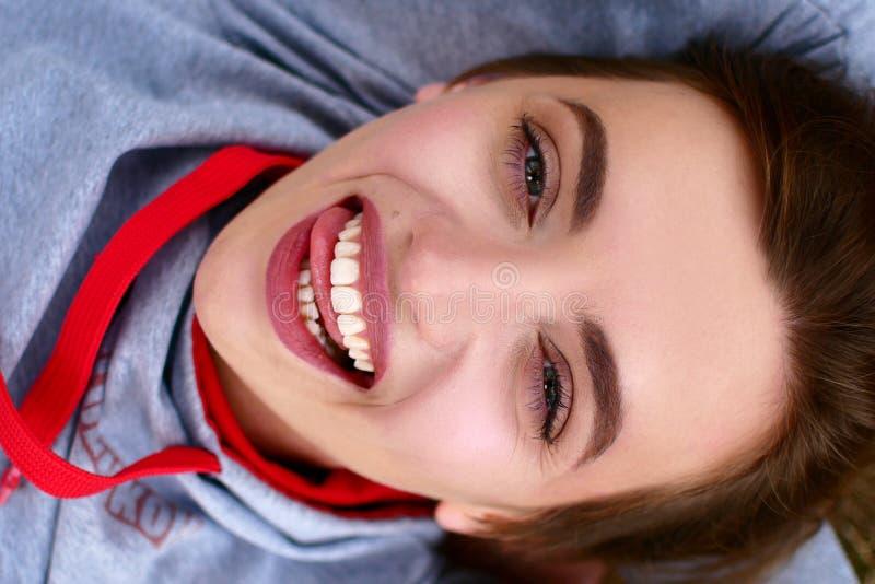 Πορτρέτο οδών ενός όμορφου κοριτσιού Πολύ συμπαθητική νέα γυναίκα στοκ φωτογραφία με δικαίωμα ελεύθερης χρήσης