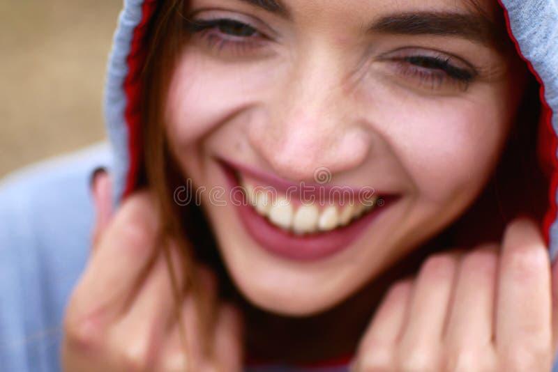 Πορτρέτο οδών ενός όμορφου κοριτσιού Πολύ συμπαθητική νέα γυναίκα στοκ εικόνες