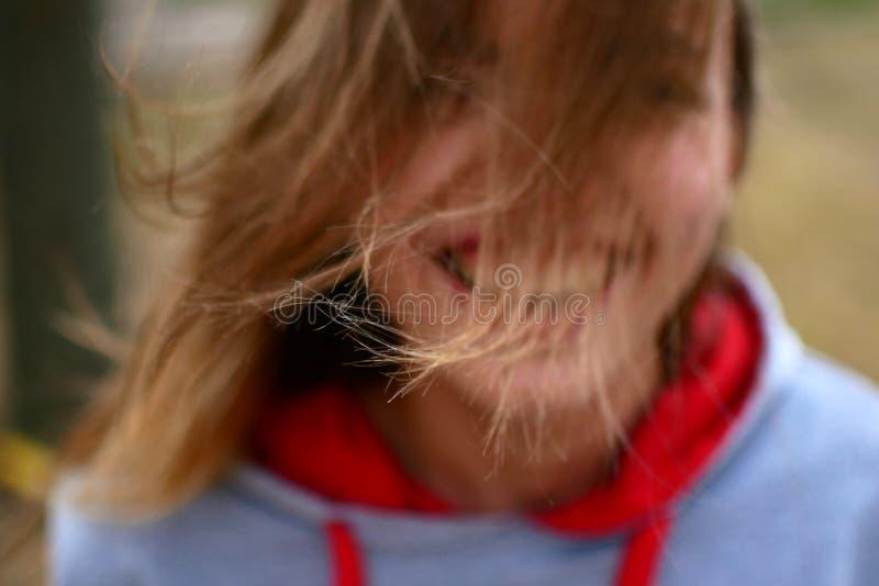 Πορτρέτο οδών ενός όμορφου κοριτσιού Πολύ συμπαθητική νέα γυναίκα στοκ φωτογραφία