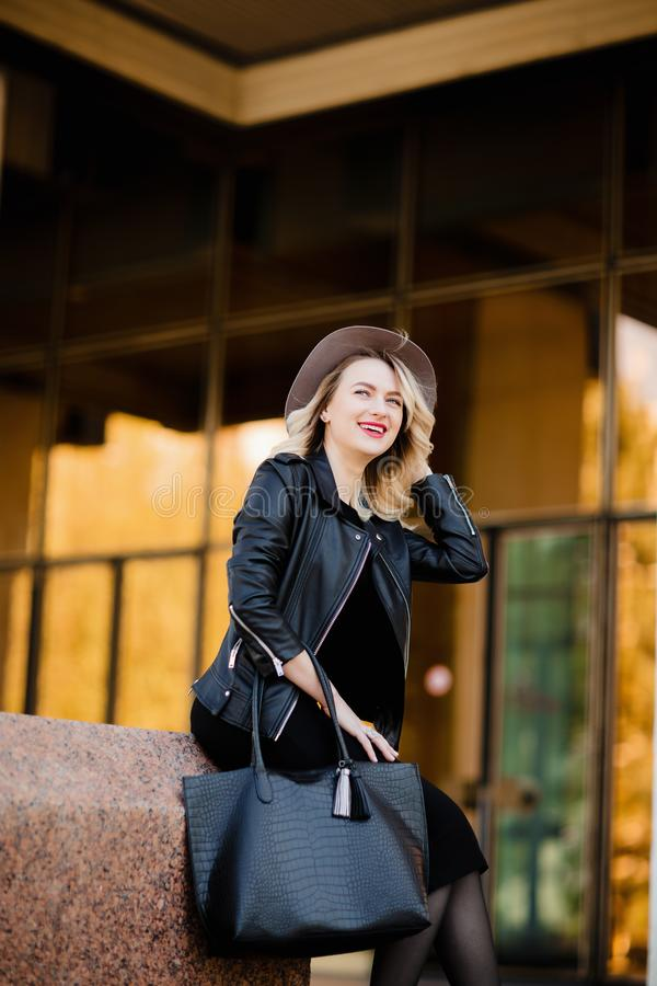 Πορτρέτο οδών της αισθησιακής νέας μοντέρνης κυρίας γοητείας που φορά την καθιερώνουσα τη μόδα εξάρτηση πτώσης Ξανθή γυναίκα στο  στοκ εικόνα με δικαίωμα ελεύθερης χρήσης
