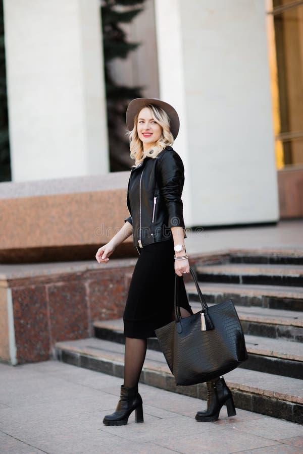 Πορτρέτο οδών της αισθησιακής νέας μοντέρνης κυρίας γοητείας που φορά την καθιερώνουσα τη μόδα εξάρτηση πτώσης Ξανθή γυναίκα στο  στοκ εικόνες με δικαίωμα ελεύθερης χρήσης
