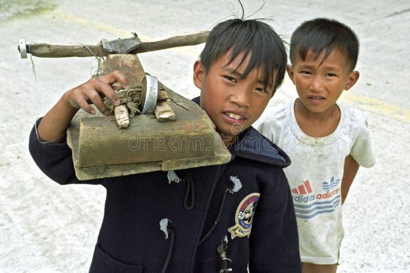 Πορτρέτο ομάδας που παίζει τα των Φηληππίνων παιδιά, αγόρια στοκ φωτογραφίες