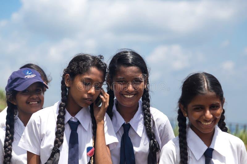 Πορτρέτο ομάδας των σχολικών σπουδαστών που επισκέπτονται Sigiriya σύνθετο στοκ φωτογραφία
