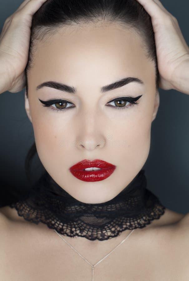 Πορτρέτο ομορφιάς γυναικών με τα κόκκινα χείλια στοκ φωτογραφία με δικαίωμα ελεύθερης χρήσης